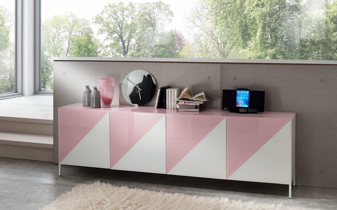 Heute ist Simona unsere Haus-Designerin z.B. von den Modellen SONA, AYLA und MIA und für den Verkauf und Marketing verantwortlich.