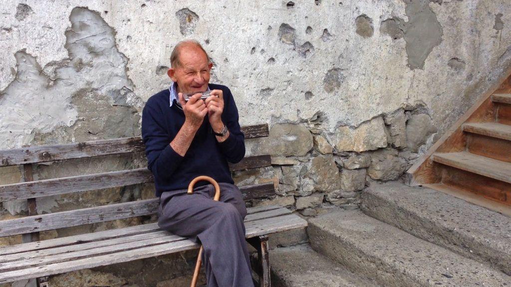 Film mit dem letzten Bewohner vom Bauernhaus mit Mundharmonika