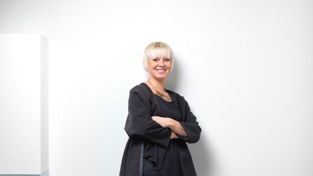Simona Föhn tritt ins Geschäft ein. Nach der Lehre als Coiffeuse und nach verschiedenen Sprachaufenthalten, absolvierte Sie die Möbelfachschule in Köln und schloss erfolgreich als Einrichtungsfachberaterin ab. Anschliessend arbeitete Simona Föhn als Wohnberaterin bei Möbel Egger. Berufsbegleitend liess Sie sich auch als Marketingfachfrau ausbilden.