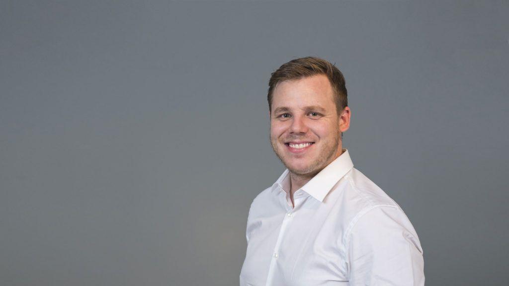 Andreas Föhn tritt ins Geschäft ein und wird verantwortlich für Produktentwicklung und Produktion. Nach der Lehre zum Schreiner mit Berufsmatura absolvierte er an der Holzfachschule in Biel das Studium als Holzingenieur erfolgreich ab. Bei IKEA in Schanghai war Andreas Föhn in der Produktentwicklung tätig. Anschliessend arbeitete er mehrere Jahre bei VITRA in Birsfelden auch in der Produktentwicklung.