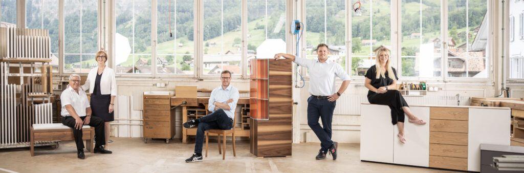 Marco und Andreas Föhn sind nun gleichwertige Inhaber und Geschäftsführer der MAB Möbel AG, Simona Föhn unterstützt ihre Brüder als Geschäftsleitungsmitglied. Der Name der Firma wird von MAB Möbelfabrik Betschart AG auf MAB Möbel AG geändert.